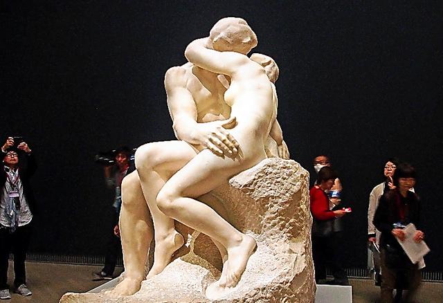 初来日したロダンの大理石彫刻「接吻」(1901~04年)は今回の目玉作品の一つで、報道内覧会の時から注目を集めた。その官能性ゆえ、戦前の日本ではブロンズ版を専門家だけに見せたことも=横浜市西区の横浜美術館