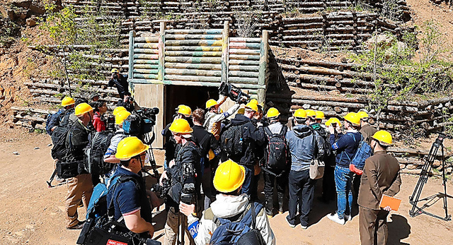 24日、豊渓里核実験場で、爆破直前の「4番坑道」を取材する国際記者団=東亜日報提供