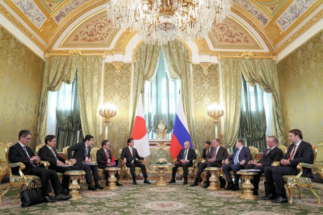 モスクワのクレムリンで26日、ロシアのプーチン大統領(中央右)との首脳会談に臨む安倍晋三首相(同左)=岩下毅撮影