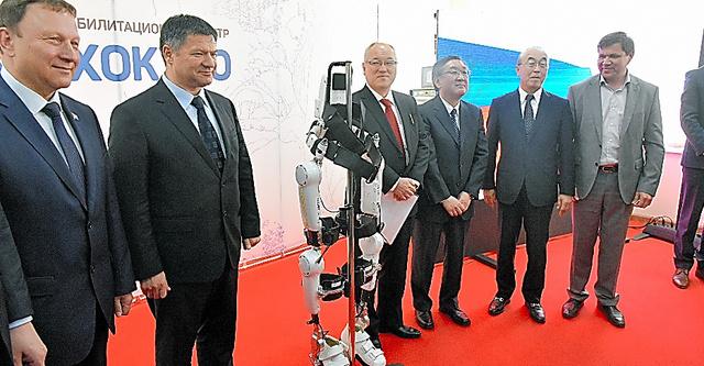 リハビリテーションセンターの式典では、リハビリを助ける日本製ロボットも紹介。日本の技術力をアピールした=16日、ウラジオストク、中川仁樹撮影