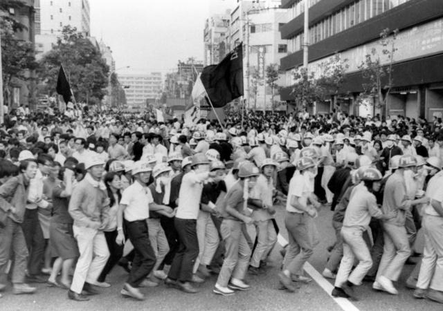 日本大学による不正経理や学生の活動に対する弾圧に抗議する学生らが、日本大学全学共闘会議(日大全共闘)のデモに参加した=1969年9月12日、東京都千代田区神田駿河台