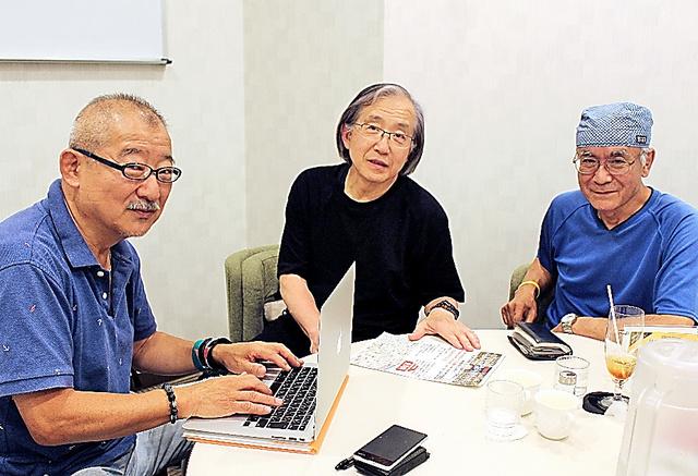 日大全共闘に加わった(右から)中村順さん、三橋俊明さん、岡本達思さん=東京都新宿区