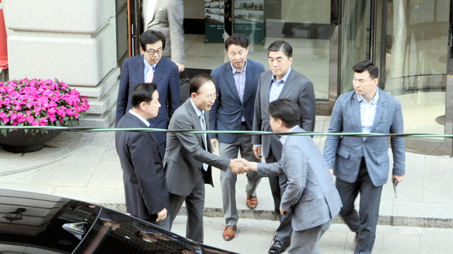 李明博・元韓国大統領(手前左から2人目)に直撃取材する崔承浩さん(手前右)