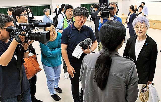 横田めぐみさんの母早紀江さん(右端)を取材する国内外のメディア=18日、東京都文京区