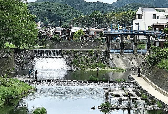 和紙、酒、そうめん……、町の発展は清流がはぐくんだ。槻川は今も住民に憩いを与えている