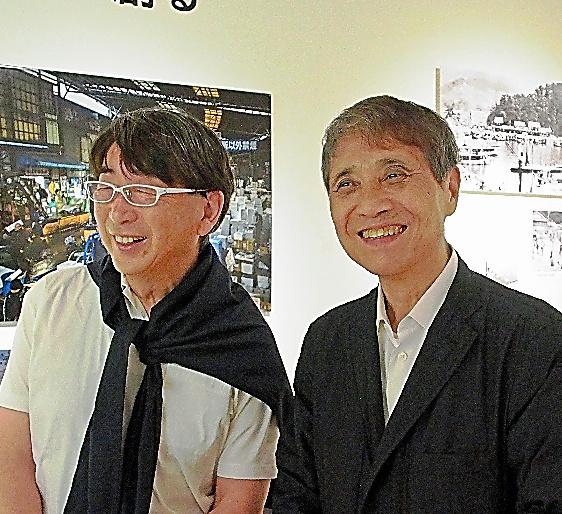 展覧会場で談笑する安藤忠雄さん(写真右)と伊東豊雄さん