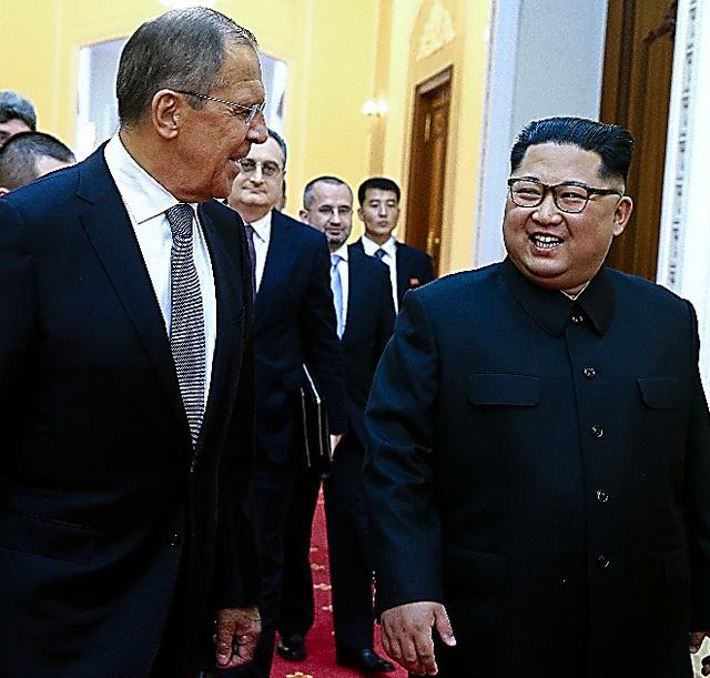 金正恩氏(右)と会談するラブロフ外相=AFP時事