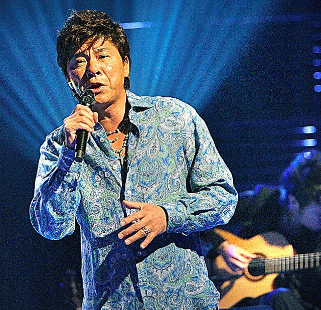 TV番組の収録で熱唱する西城秀樹さん=東京都港区、2006年9月、蛭田真平撮影