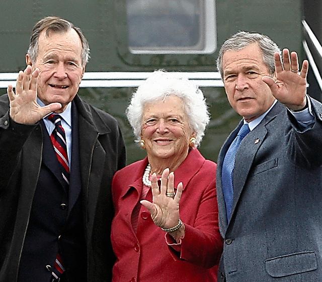 模造真珠の三連ネックレスと白髪がトレードマーク。大統領になった夫ジョージ・H・W・ブッシュ氏(左)、長男ジョージ・W・ブッシュ氏(右)と。2007年、テキサス州=ロイター
