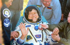 地球に帰還し、笑顔を見せる金井宣茂さん=3日、カザフスタン、浜田祥太郎撮影