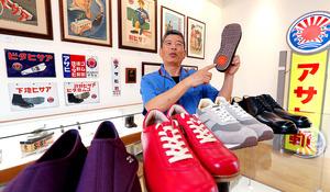熊谷利信さん 靴底用に練ったゴム、約700万足分