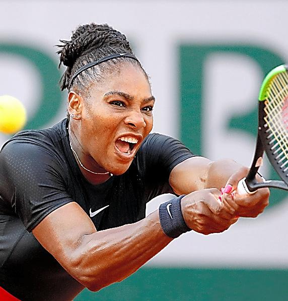全仏オープン3回戦でプレーするセリーナ・ウィリアムズ=ロイター