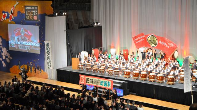 長岡開府400年記念式典のオープニングでは市内の園児たちが「悠久太鼓」を披露した=2018年5月27日、アオーレ長岡