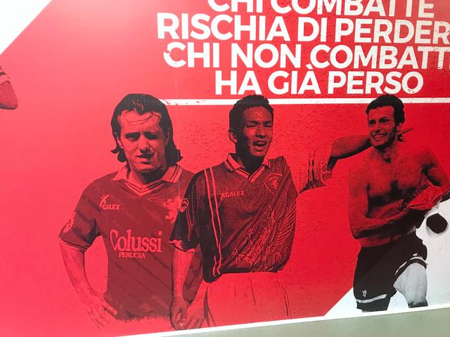 本拠スタジアムの壁には、今も中田英寿のペルージャ時代の雄姿が描かれている=4月13日、イタリア・ペルージャ、稲垣康介撮影