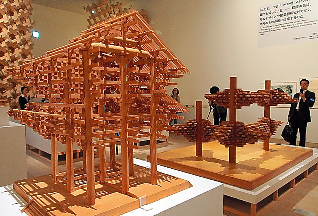 東大寺南大門の模型(左)と「空中都市」の模型(右奥)