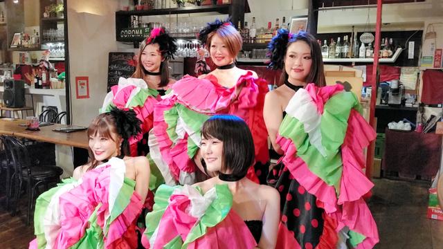 田中浩子さん(後列中央)率いる「Tokyo ROUGE」=東京都豊島区南大塚1丁目