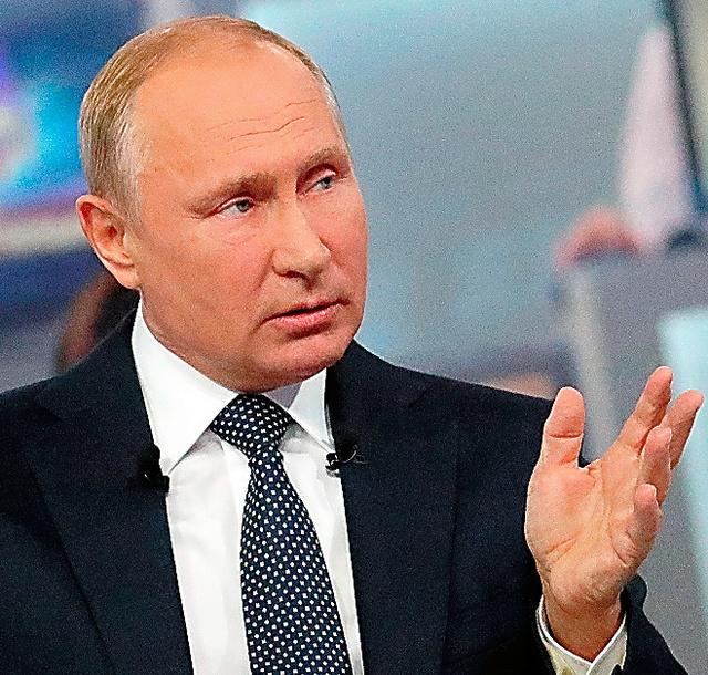 モスクワで7日、質問に答えるプーチン大統領=AP