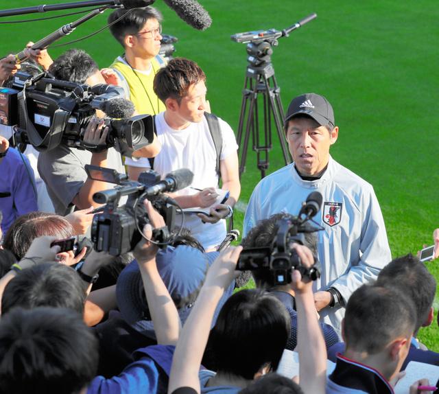 練習を終え、取材に応じる日本代表の西野監督