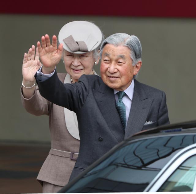 JR郡山駅に到着し、出迎えた人たちに手を振る天皇、皇后両陛下=2018年6月9日午後1時9分、福島県郡山市、嶋田達也撮影