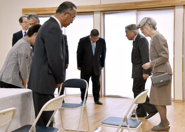 復興公営住宅北好間団地の入居者らとの懇談に臨む天皇、皇后両陛下=9日午後3時21分、福島県いわき市、代表撮影