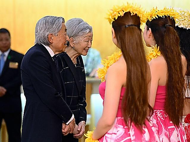 フラガールと言葉を交わす天皇、皇后両陛下=9日午後6時44分、福島県いわき市、代表撮影