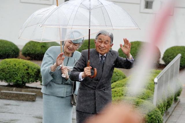福島県南相馬市の小高生涯学習センター浮舟文化会館に到着した天皇、皇后両陛下=2018年6月10日午前11時44分、嶋田達也撮影