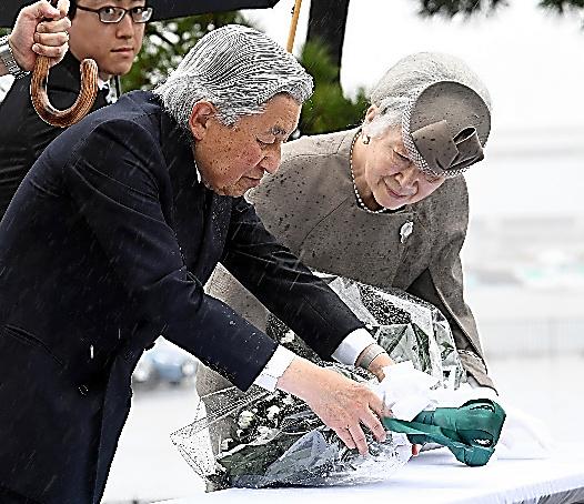東日本大震災の慰霊碑に供花する天皇、皇后両陛下=11日午前10時27分、福島県相馬市、代表撮影