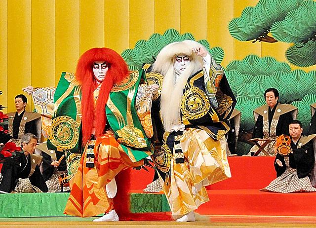 「連獅子」。中村又五郎(右)、中村歌昇=国立劇場提供