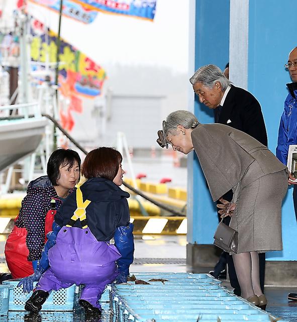 相馬原釜地方卸売市場を訪れ、水揚げされた水産物を前に関係者と話す天皇、皇后両陛下=11日午前、福島県相馬市、嶋田達也撮影