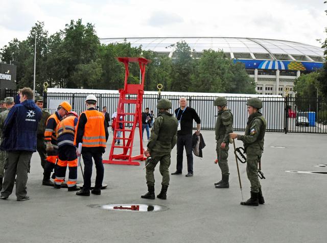 開幕戦を控え、ルジニキ競技場ではマンホールのふたを開け、不審物のチェックをしていた=2018年6月13日、モスクワ、中川仁樹撮影