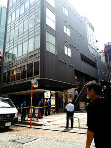 赤坂のビルで男性刺し逃走 殺人...