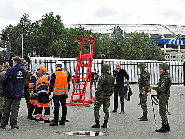 開幕戦を控え、ルジニキ競技場ではマンホールのふたを開け、不審物のチェックをしていた=13日、モスクワ、中川仁樹撮影