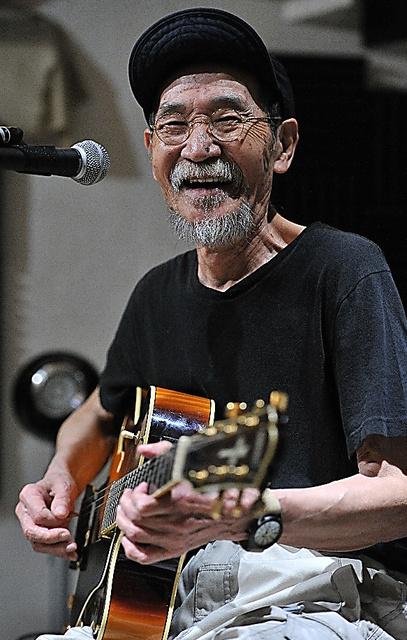 ライブハウスで演奏する井上堯之さん=2016年5月、東京都杉並区、仙波理撮影