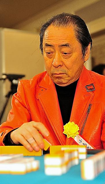 「第1回麻雀トライアスロン雀豪決定戦」ではお気に入りの革のジャケットを着て対局に臨んだ=2009年1月、東京都内、日本プロ麻雀連盟提供