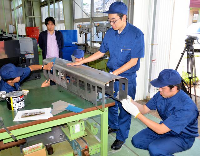 学生たちの車体製作作業を見守る佐藤代表(左から2人目)=島根県江津市のポリテクカレッジ島根
