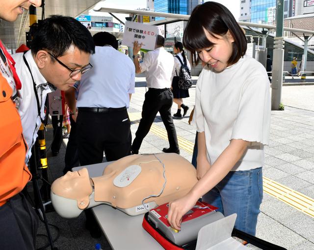 AEDの使い方を学ぶ参加者=2018年6月16日、和歌山市美園町5丁目