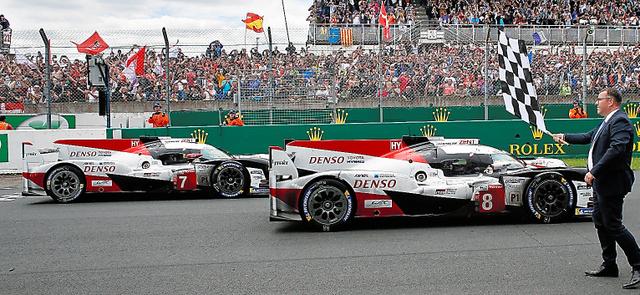 ゴールを通過する中嶋一貴のトヨタ8号車と周回遅れの2位になった小林可夢偉のトヨタ7号車=AP