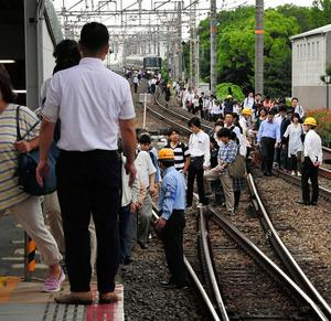 通勤時間帯の鉄道網混乱 運転再開待つ人で改札あふれる