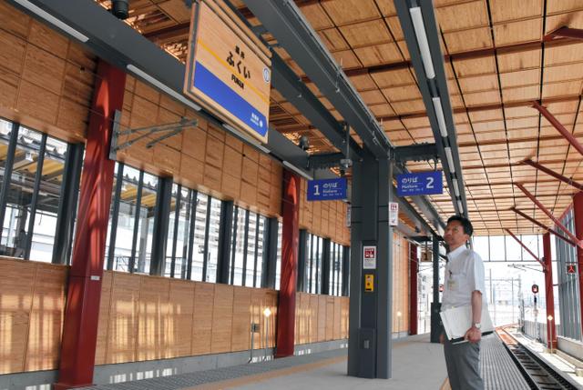 えちぜん鉄道福井駅の新駅舎のホーム。永平寺の格天井をイメージした天井で、新幹線の線路側にはガラス窓がある=2018年6…