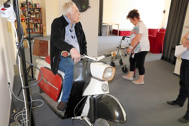 スクーター「トロル」。入居者の男性が乗り方を説明してくれた=ドレスデン、高野弦撮影