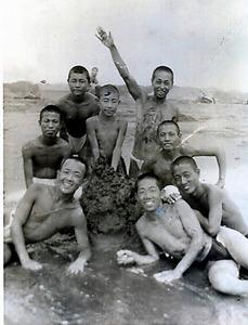 千葉県の海岸で。郁文館商業学校のとき(最前列右)