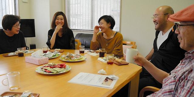 仙台市でのデスカフェ。庄子昌利さん(右)の進行で、参加者は明るく「死」を語り合った=5月12日
