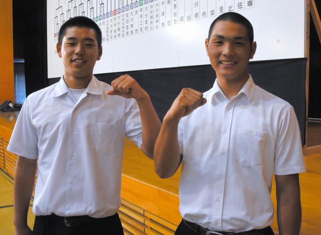 開幕試合で戦う大分工の高森盟主将(左)と大分上野丘の富松孝介主将=大分市下郡の県教育会館