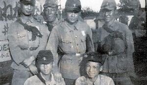 郁文館商業学校に在籍していた時に軍事教練を受ける大塚さん(前列左)
