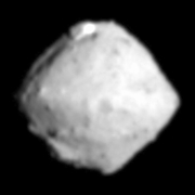 小惑星リュウグウはコマの形 表面に岩の塊?多数