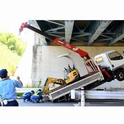 クレーン車、高架に引っかかる 運転手は自力で脱出