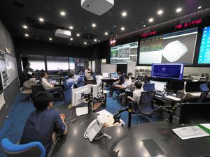 はやぶさ2を運用するチーム員ら=27日午前6時20分ごろ、相模原市のJAXA宇宙科学研究所