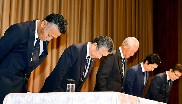記者会見で謝罪する片山晋呉選手(左)、青木功会長(中央)、石川遼選手会長(右から2人目)ら=山本裕之撮影