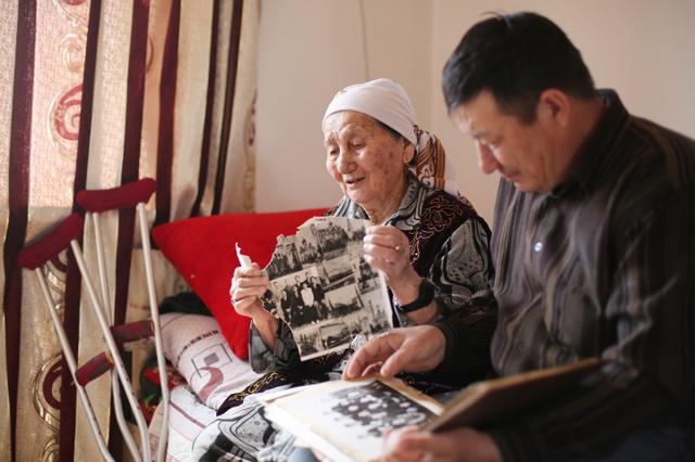 カラテレン村の自宅で、かつて住んでいたカスカクラン島の思い出を語る、クンキヤシュ・アルダンベルゲノワさん(左)とマルグラン・ジェクセムビエフさん=2018年4月、カザフスタン、川村直子撮影