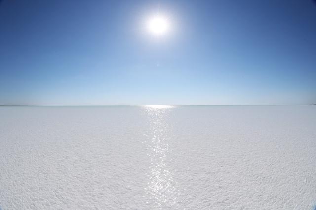 太陽を浴びて輝くバルサケルメス湖。水は澄み、湖底の塩が白く映る。泳ぐことは禁止されている=2018年5月、ウズベキスタン、川村直子撮影